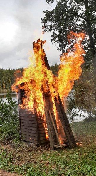 Liekit-nuolevat-puuceekokkoa-tv