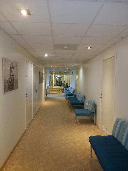 Käytävällä odotusta hoitohuoneisiin (as)