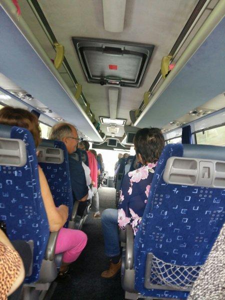 Paluumatkalla tunnelma bussissa sen kuin tiheni (as)