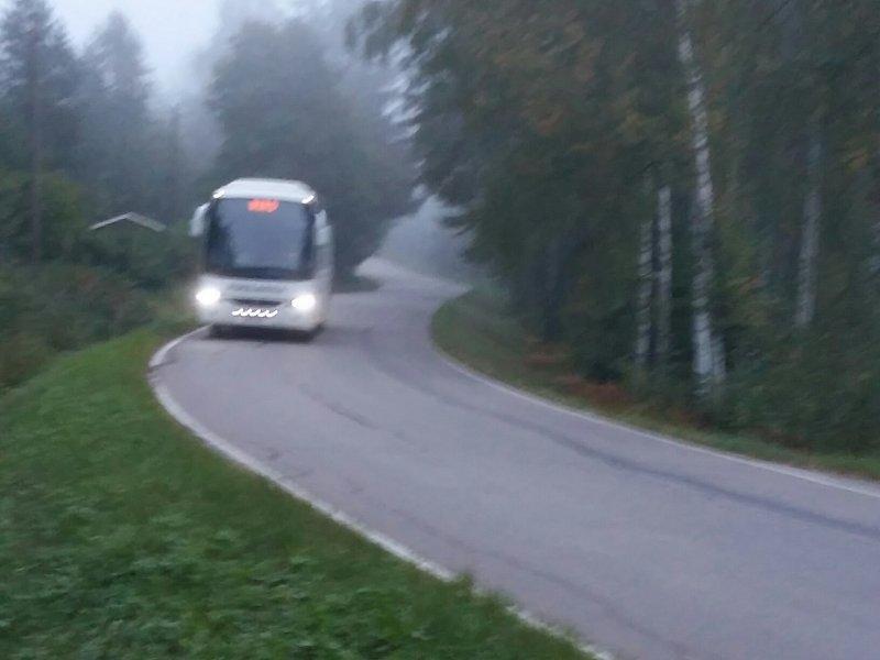 Sumun keskeltä bussipysäkille (as)