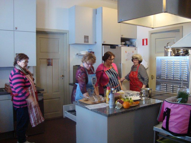 Irja Auvinen, Liisa Kronholm, Eeva Viia ja Ritva Musto keittiöpuuhissa