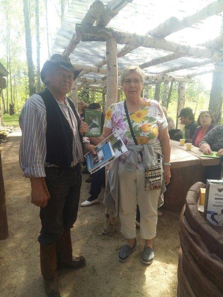 Arja Torikka luovutti Seppo Laatuselle ky:n julkaisut muistoksi vierailusta