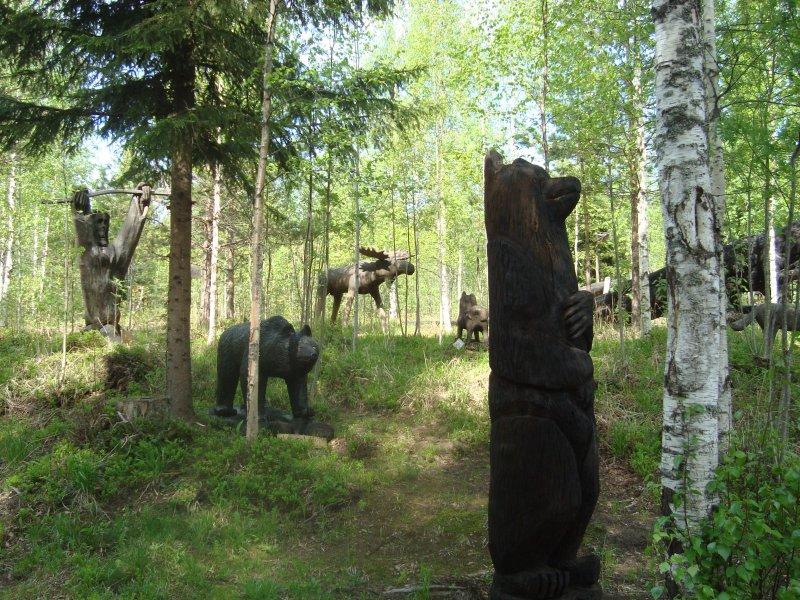 Patsaat metsän siimeksessä