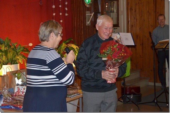 90-vuotias kunniaverlalainen Ilkka Laine kukitettuna