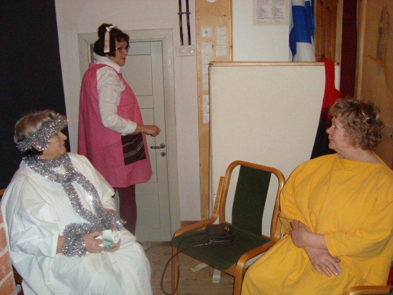 Knihti, tyttö2 ja Mänkki kulisseissa (kuva tyttö1)