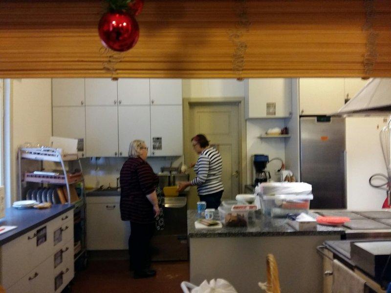 Marja Huimala ja Eeva Viia keittiön siistijöinä