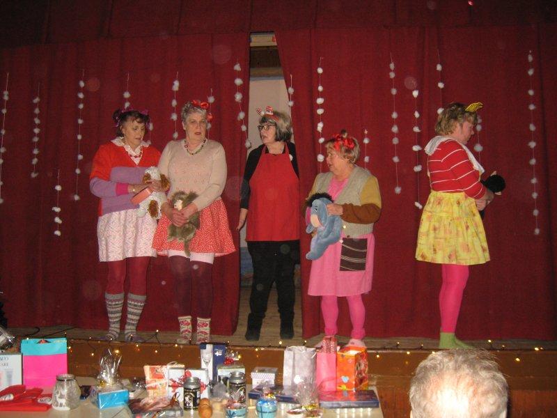Lasten suusta kuultua esiintyjät keskellä äiti Ritva Musto ja vasemmalta oikealle Eeva Viia, Arja Sorvali, Auli Kallio ja Liisa Kronholm