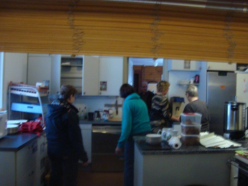 Talkoot 2.12. ja keittiö pullollaan emäntiä