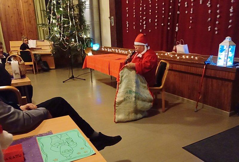 Joulumuori-ja-taustalla-säestäjä-Laura-Karttunen