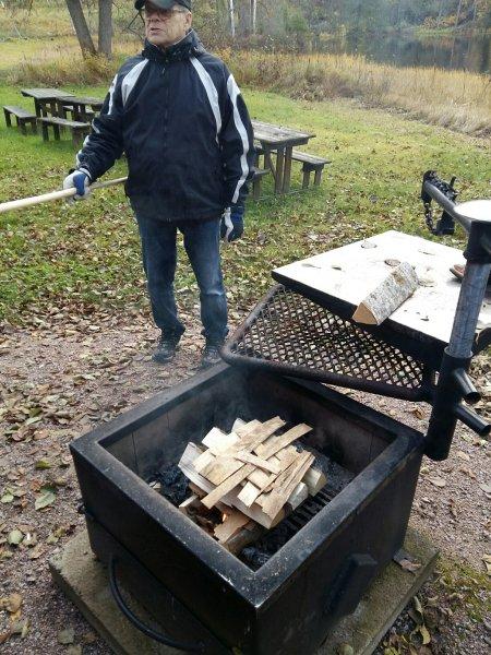 Helge-ihasteli-Ekin-ristikkokatetta-grillissä
