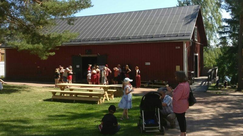 Raakku-lauluyhtyeen esiintyjiä kollamakasiinin edessä