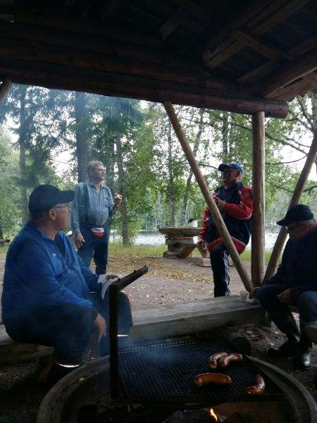 Lassi, Masa, Jukka ja Helge grillimakkaralla